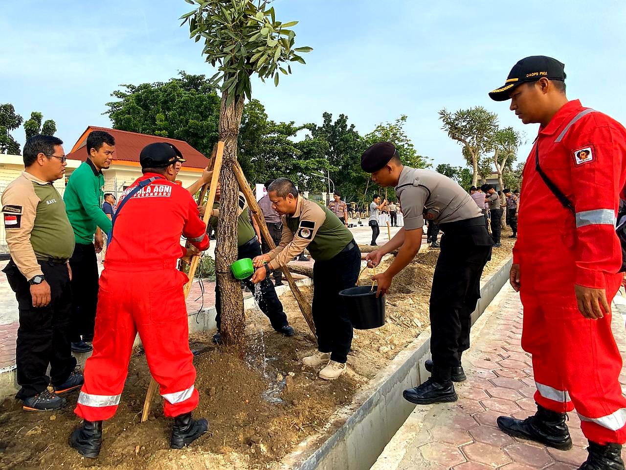 Kepala Balai Besar KSDA Riau dan Pejabat Eselon III Hadiri Acara Penanaman di Markas POLDA Riau