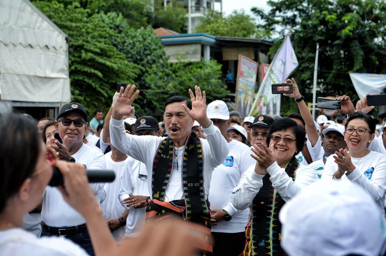Menteri Jokowi Pimpin 10 Ribu Orang Bersihkan Pantai Labuan Bajo