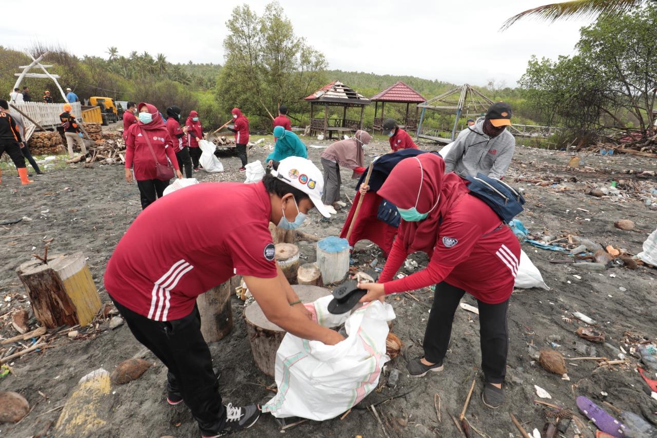 HPSN 2021, Balai TN Taka Bonerate Gelar Aksi Bersih Pantai di Kampung Penyu