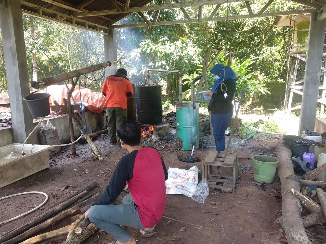 Mahasiswa Universitas Lambung Mangkurat Lakukan Penelitian Teknologi Pembuatan Asap Cair di DAOPS Manggala Agni Kalimantan V / Banjar