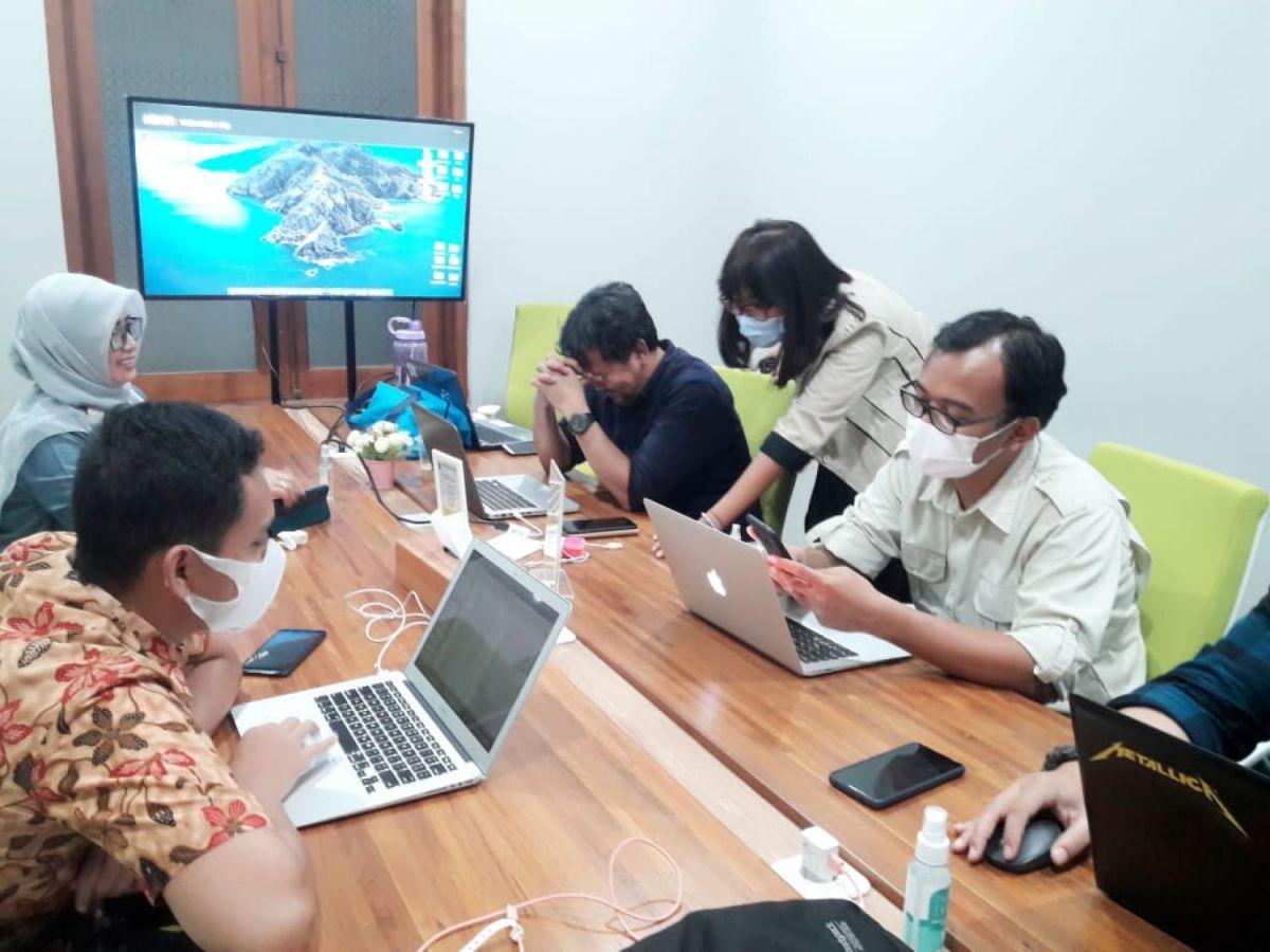 Brainstorming Tim Pengelola Situs Web dan Media Sosial di Bandung