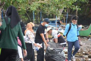 Balai TN Aketajawe Lolobata dan Dinas LH Maluku Utara Bersihkan